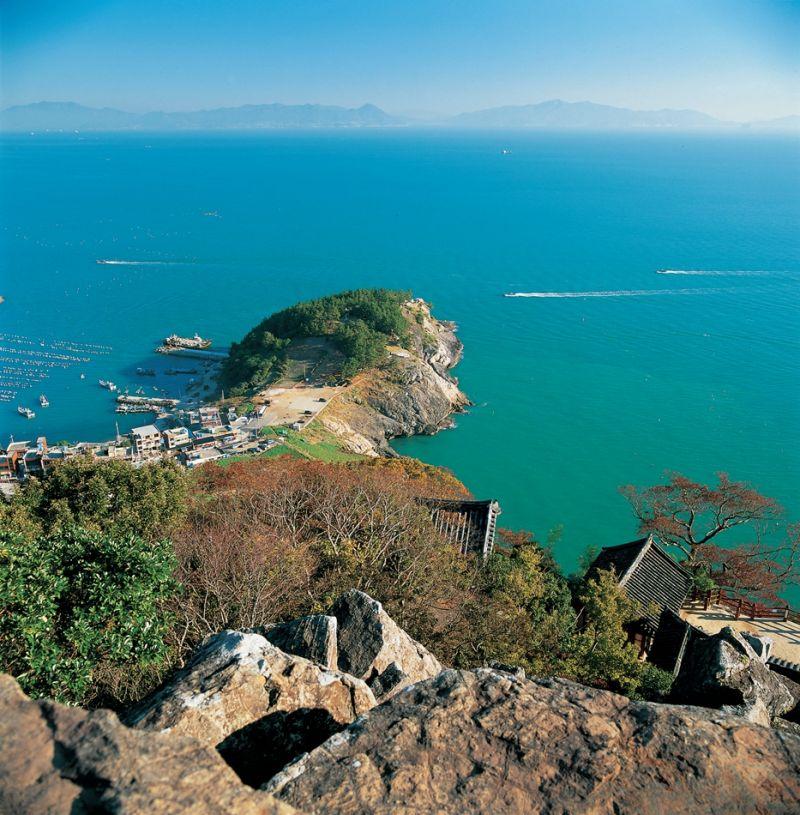岛上风景秀丽,空气清新,旅游设施齐备,是到丽水旅游的必去景区之一.